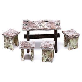 Acessórios de Casa para Presépio: Mesa com cartas de jogar e 4 tamboretes 5x5x5 cm para presépio com figuras de 12 cm de altura média