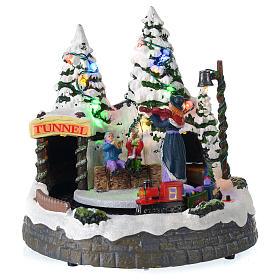 Village blanc de Noël avec train en mouvement 20x20x20 cm s1