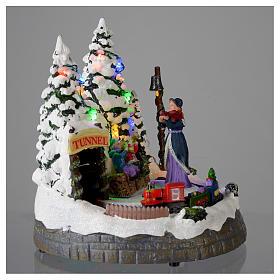 Village blanc de Noël avec train en mouvement 20x20x20 cm s4