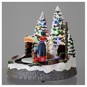 Miasteczko białe bożonarodzeniowe z pociągiem poruszającym się 20x20x20 cm s3