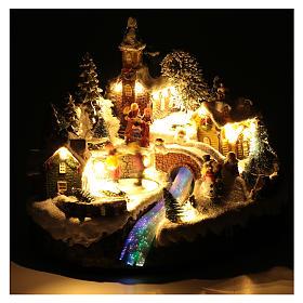 Paisaje navideño animado con patinadores y arroyo 20x25x20 cm s4