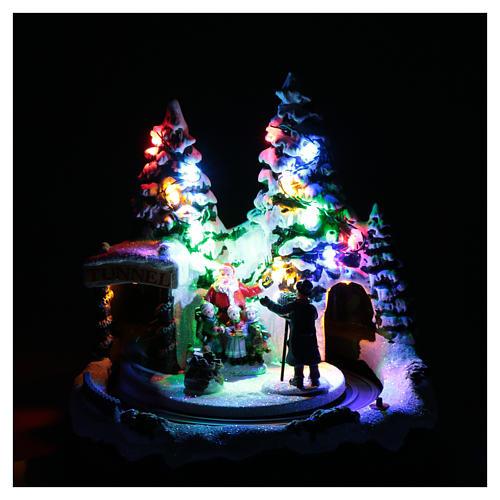 Paisaje navideño con tren en movimiento y fotografo 20x20x20 cm 4