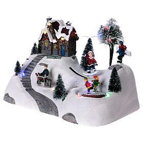 Scenka bożonarodzeniowa z melodyjką ruchomym torem skejta i lodowiskiem 20x30x15 cm s3