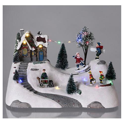 Scenka bożonarodzeniowa z melodyjką ruchomym torem skejta i lodowiskiem 20x30x15 cm 2
