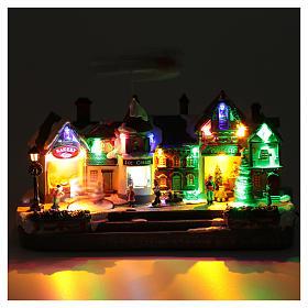 Bożonarodzeniowe miasteczko oświetlone z melodią ruchem reniferów choinki postaci na zlodowaciałym jeziorze 27x41x17 cm s4