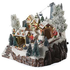 Villaggio natalizio sciatori e funivia in movimento illuminato e musicale 30x25x25 s2