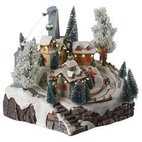 Villaggio natalizio sciatori e funivia in movimento illuminato e musicale 30x25x25 s3