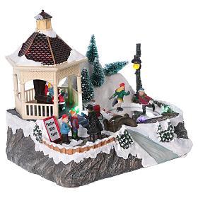 Villaggio Natalizio illuminato pattinatori movimento Babbo Natale 20x25x16 cm batteria corrente s4