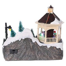 Villaggio Natalizio illuminato pattinatori movimento Babbo Natale 20x25x16 cm batteria corrente s5