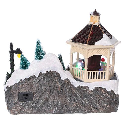 Villaggio Natalizio illuminato pattinatori movimento Babbo Natale 20x25x16 cm batteria corrente 5