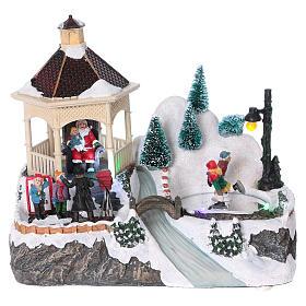 Cenários Natalinos em Miniatura: Cenário natalino iluminado patinadores movimento Pai Natal 21x25x16 cm pilhas corrente