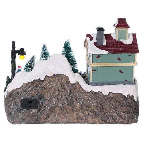 Dekoracja scenka świąteczna podświetlana ruchomi łyżwiarze sklep z zabawkami 20x25x16 cm na baterie zasilacz 5