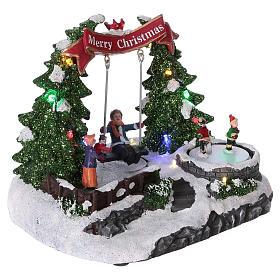 Scenografia natalizia 20x25x20 cm pattinatori e altalena in movimento batteria s4