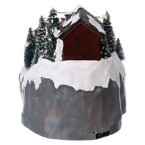 Villaggio natalizio 25x25x35 cm con sciatori movimento batteria e corrente 5