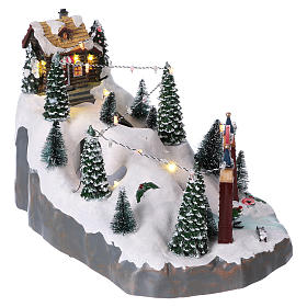 Village Noël 25x25x35 cm montagne avec skieurs mouvement piles et courant s4