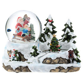 Boule en verre avec Père Noël et décor 15x20x15 cm s1