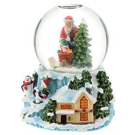 Boule en verre avec Père Noël et traîneau h 15 cm s2