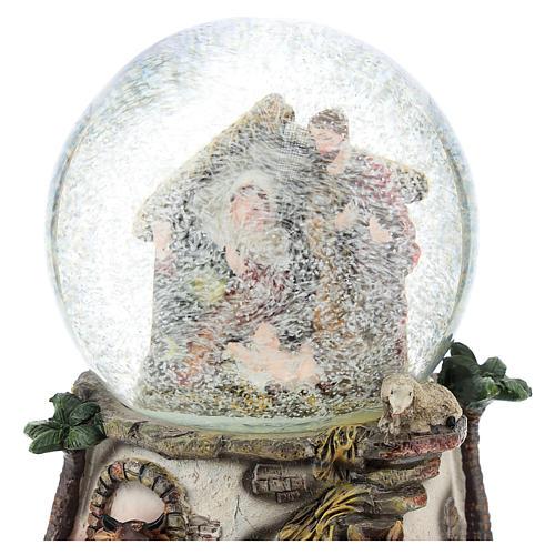 Kula śnieżna z żywicy i szkła ze sceną Narodzin Jezusa i pozytywką h 15 cm 2