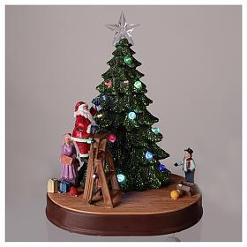 Papá Noel con árbol para pueblo con música e iluminaciones 30x25x20 cm s2