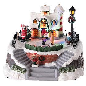 Casa di Babbo Natale con elfi per villaggio 15x20 cm s1