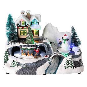 Village avec Père Noël sur traîneau en mouvement 20x25x15 cm s1