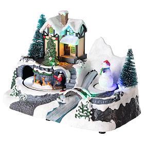 Village avec Père Noël sur traîneau en mouvement 20x25x15 cm s3
