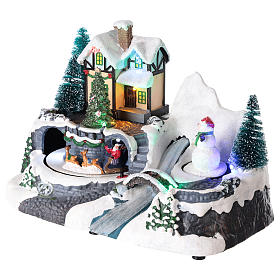 Villaggio con Babbo Natale su slitta in movimento 20x25x15 cm s3