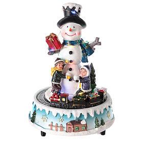 Villages de Noël miniatures: Bonhomme de neige avec cadeaux 15x20 cm