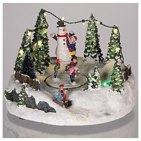 Scène pour village Noël piste de patinage et bonhomme de neige 15x20 cm s2