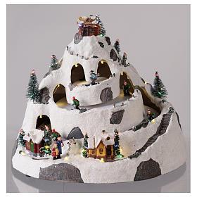 Pueblo de Navidad en montaña con movimiento esquiadores 30x30x25 cm s2