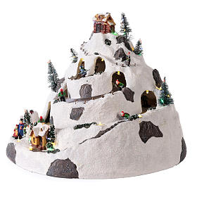 Pueblo de Navidad en montaña con movimiento esquiadores 30x30x25 cm s3