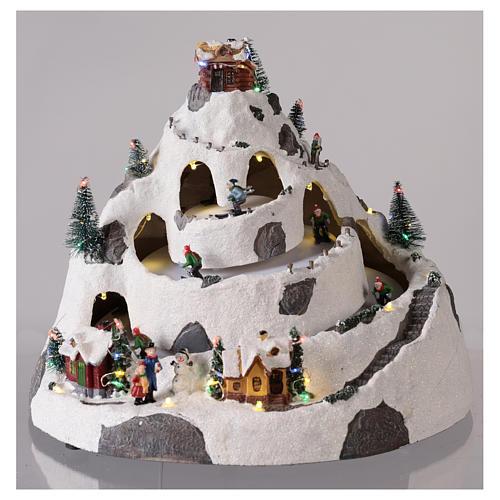 Pueblo de Navidad en montaña con movimiento esquiadores 30x30x25 cm 2