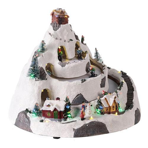 Pueblo de Navidad en montaña con movimiento esquiadores 30x30x25 cm 4