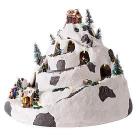 Villaggio di Natale su montagna con movimento sciatori 30x30x25 cm s3