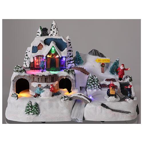 Aldeia de Natal nevada com crianças brincand na neve, luzes LED e música, 23,5x37,5x21,5 cm 2