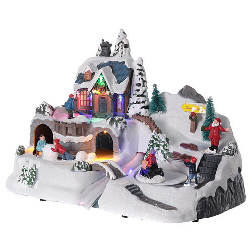 Aldeia de Natal nevada com crianças brincand na neve, luzes LED e música, 23,5x37,5x21,5 cm 9