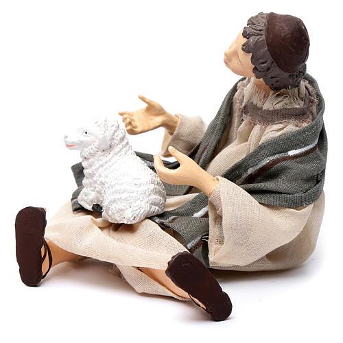 Pastore per presepe seduto con pecorella 15 cm resina 2