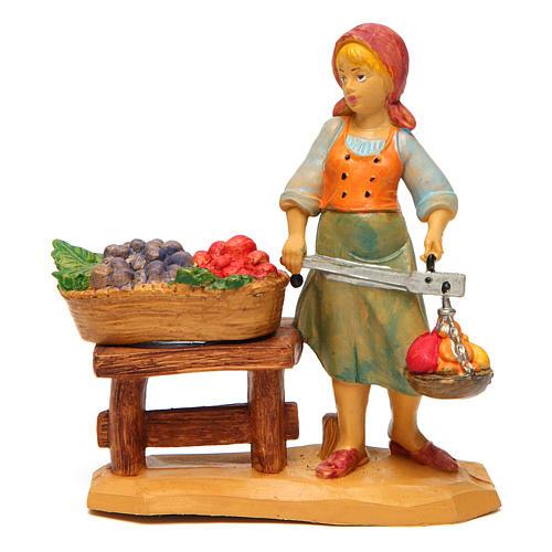 Mulher com banca de fruta de 10 cm presépio 1