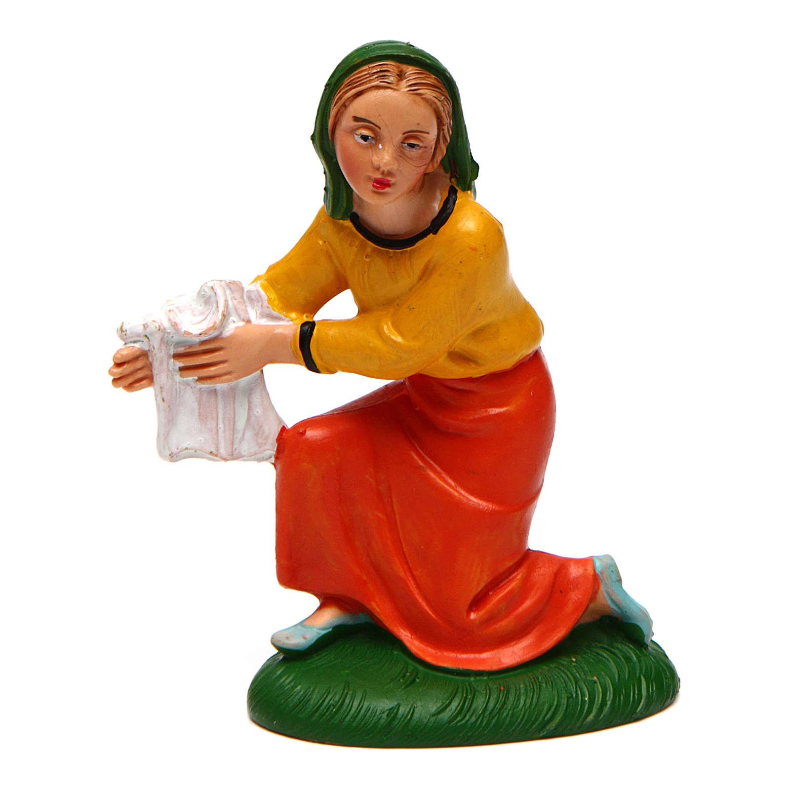 Mujer que lava la ropa para belén de 10 cm de altura media 3
