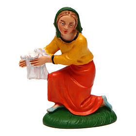 Mujer que lava la ropa para belén de 10 cm de altura media s1