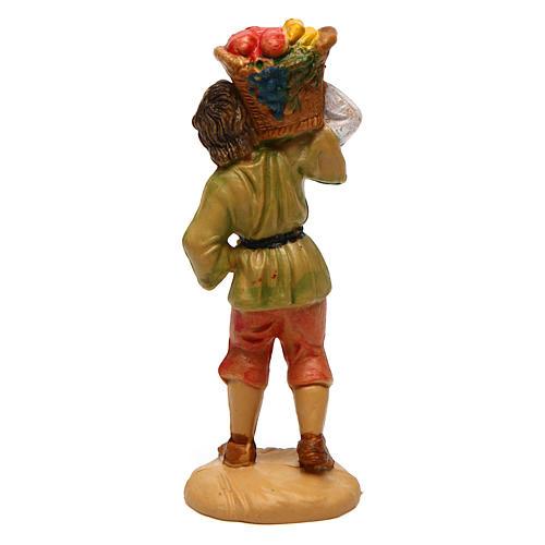 Rapaz com cesta de fruta nos ombros de 10 cm pvc presépio 2