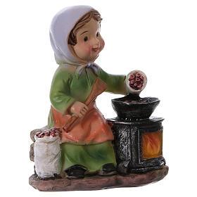 Statuina signora che cucina le castagne per presepi linea bambino 9 cm s3