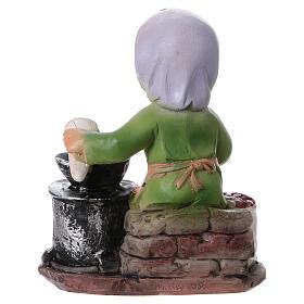 Statuina signora che cucina le castagne per presepi linea bambino 9 cm s4