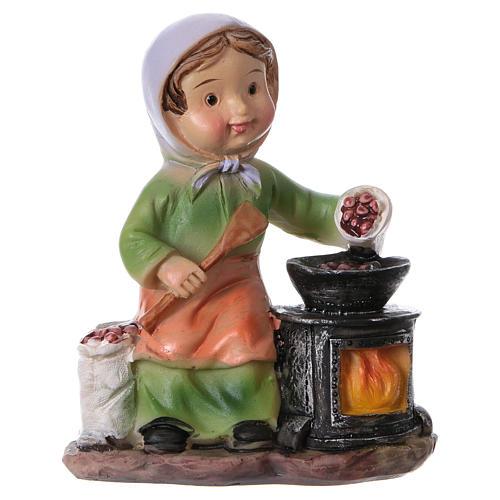 Statuina signora che cucina le castagne per presepi linea bambino 9 cm 1