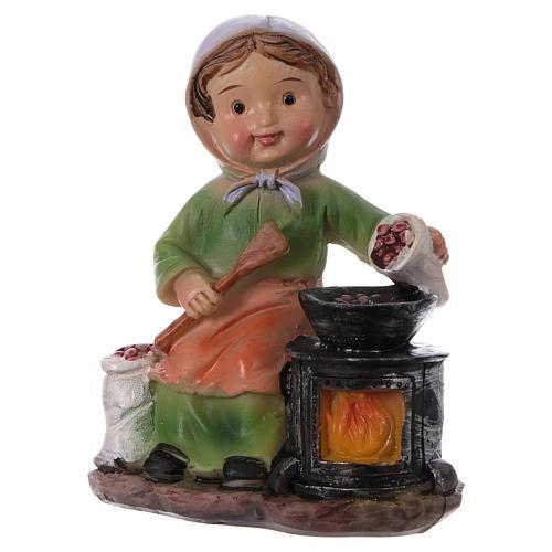 Statuina signora che cucina le castagne per presepi linea bambino 9 cm 2