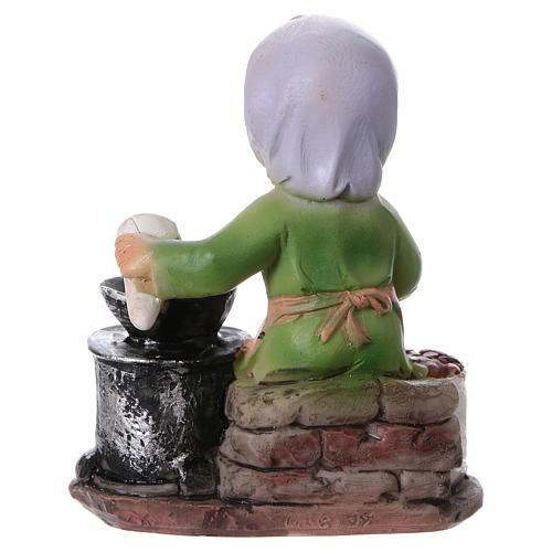 Statuina signora che cucina le castagne per presepi linea bambino 9 cm 4