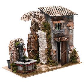 Maison rustique et fontaine avec pompe pour crèche 25x35x20 cm s3