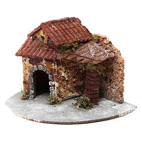 Casa in resina su base legno con porticato e portone aperto 15x20x20 cm presepe napoletano s2