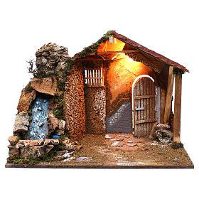 Cabanas e Grutas para Presépio: Cabana telhado inclinado vermelho cascada eléctrica 45x60x35 cm para presépio com figuras de 8 cm de altura média