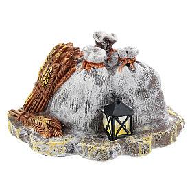 Décor avec sacs et lanterne en résine bricolage crèche 8-10 cm s1